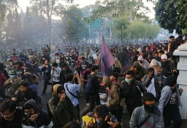 Demo berbagai elemen massa hari ini di Gedung DPRD Jabar - Bisnis/Wisnu Wage