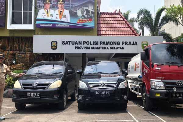 Petugas menunjukkan kendaraan dinas yang berhasil diamankan di Kantor Satpol PP Sumsel - Istimewa
