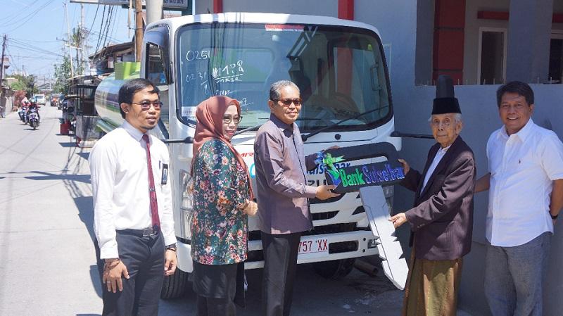 Dirut Bank Sulselbar Andi Muhammad Rahmat (tiga kiri) dan Pimpinan Ponpes Nahdatul Ulum AGH Sanusi Baco (dua kanan) - IST