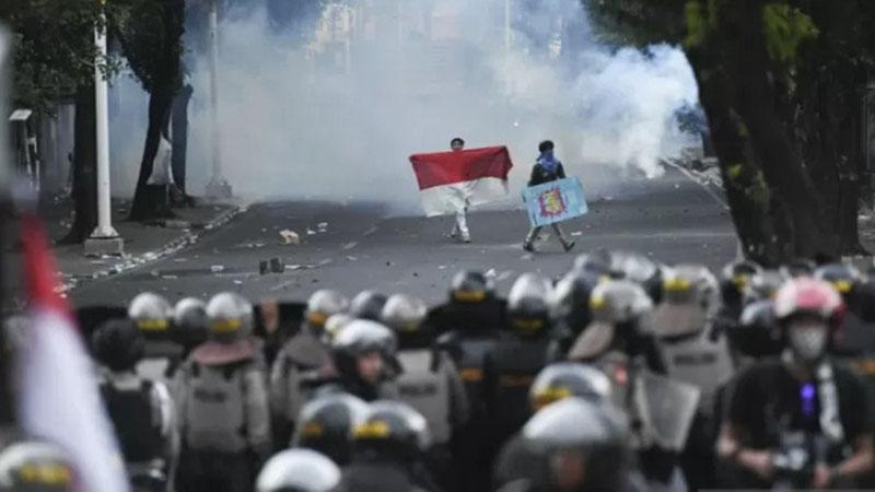 Pelajar dan mahasiswa melakukan aksi unjuk rasa di belakang gedung MPR/DPR, Jalan Tentara Pelajar, Jakarta, Senin (30/9/2019). - Antara/Hafidz Mubarak