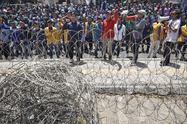 Mahasiswa dari berbagai perguruan tinggi di NTB melakukan aksi unjuk rasa di depan kantor DPRD NTB di Mataram, Senin (30/9/2019). Ribuan mahasiswa tersebut dalam orasinya menolak UU KPK dan RUU KUHP. - Antara/Ahmad Subaidi