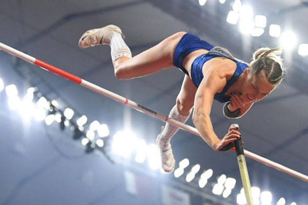Anzhelika Sidorova ketika tampil sebagai juara dunia lompat galah di Qatar. - Reuters/Dylan Martinez