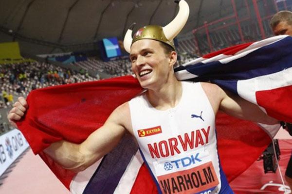 Karsten Warholm merayakan kemenangan di nomor 400 meter lari gawang putra di Kejuaraan Dunia Atletik di Qatar. - Reuters/Kai Pfaffenbach