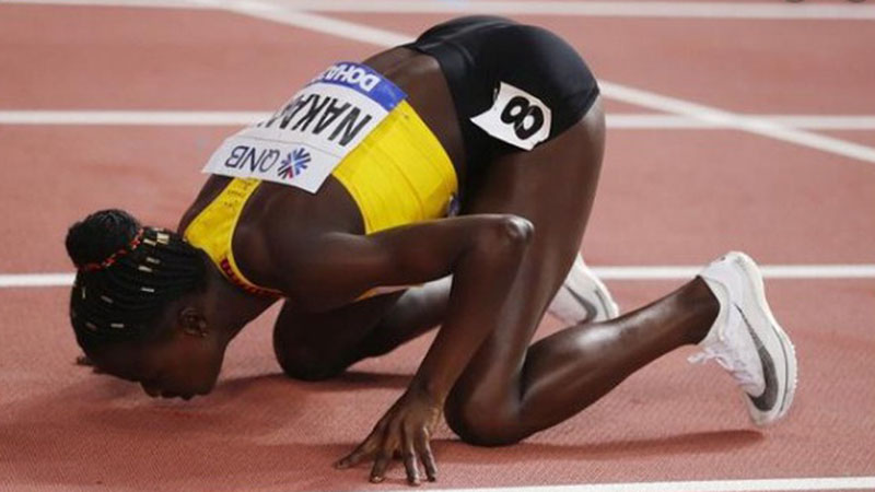 Atlet Uganda Halimah Nakaayi melakukan sujud syukur selepas memenangi final nomor lari 800 meter putri di Kejuaraan Dunia Atletik 2019 di Doha, Qatar, pada Selasa (1/10/2019) pagi WIB. - Reuters/Kai Pfaffenbach