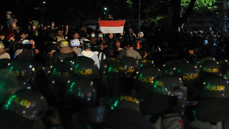 Ratusan massa aksi berunjuk rasa di Kantor DPRD Kota Surakarta, Jawa Tengah, Senin (30/9/2019). Aksi mahasiswa dan pelajar yang menolak UU KPK hasil revisi serta sejumlah RUU itu sempat ricuh. - Antara