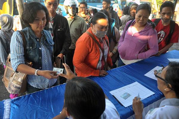 Ilustrasi: Petugas Dinas Catatan Sipil Kota Denpasar mendata identitas penumpang bus yang baru tiba saat inspeksi penduduk pendatang pada arus balik H4 Lebaran. - Antara