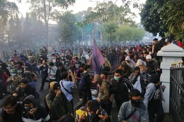 Massa saat aksi di sekitar Gedung Sate, Bandung - Bisnis/Wisnu Wage Pamungkas