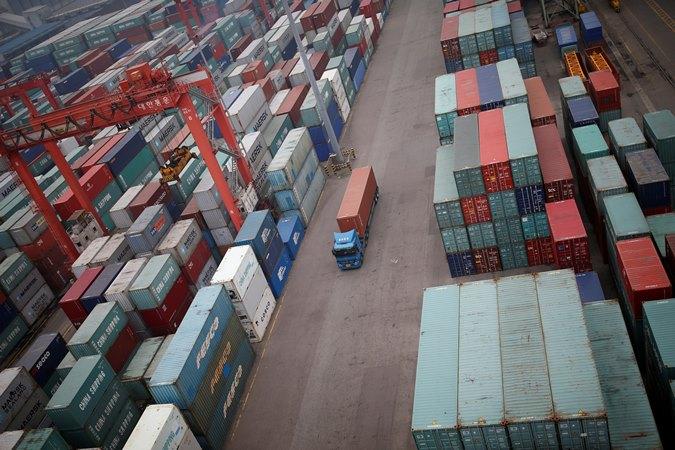 Sebuah truk berjalan di antara kontainer pengiriman di terminal kontainer di Pelabuhan Incheon di Incheon, Korea Selatan. - REUTERS/Kim Hong/Ji