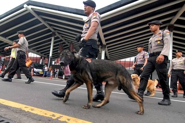 Ilustrasi - Anggota Polda Metro Jaya Ditsabhara Unit K-9 melakukan patroli di lingkungan bandara Soekarno Hatta, Tangerang, Banten, Sabtu (11/7). - Antara