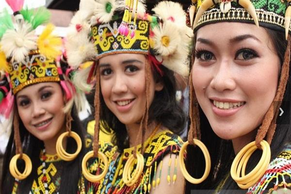 Tiga perempuan berpakian tradisional dayak di Kaltim. - Antara