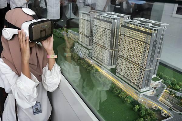 Pengunjung mencoba virtual reality disamping maket hunian terintegrasi transportasi Stasiun Rawa Buntu yang dibangun dengan konsep Transit oriented Development (TOD) di Serpong, Tangerang Selatan - JIBI/Felix Jody Kinarwan
