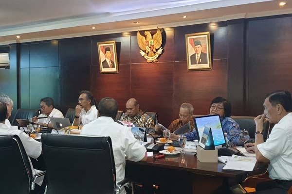 Menteri LHK Siti Nurbaya Bakar menghadiri rapat koordinasi tingkat menteri dan gubernur yang dipimpin Menko Maritim Luhut Binsar Pandjaitan dan dihadiri Menpar Arief Yahya dan Gubernur NTT Victor B Laiskodat, Senin (30/9/2019). - Istimewa