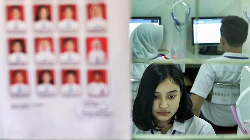 Siswa mengikuti Ujian Nasional Berbasis Komputer (UNBK) di Sekolah Menengah Atas (SMA) 70 Bulungan, Jakarta, Senin (1/4/2019). - ANTARA/Rivan Awal Lingga