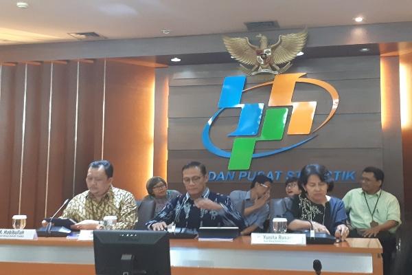 Konferensi Berita Resmi Statistik BPS Juli 2019 oleh Kepala BPS RI Suhariyanto (tengah) dan Deputi Bidang Statistik Produksi M. Habibulah (kiri) dan Deputi Bidang statistik Distribusi dan Jasa Yunita Rusanti (kanan) di Jakarta, Kamis (1/8 - 2019)..