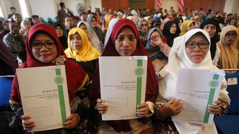 Sejumlah pelaku Industri Kecil Menengah (IKM) menerima sertifikat halal di Kantor Walikota Depok, Jawa Barat, Kamis (31/1/19). - ANTARA FOTO/Kahfie Kamaru