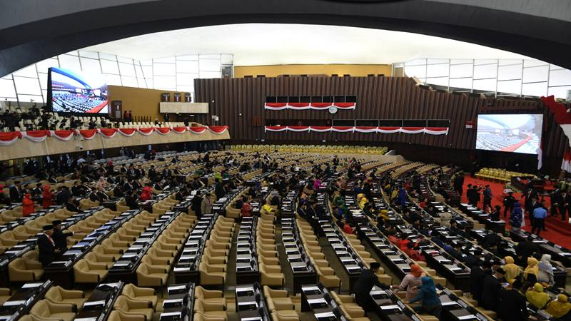 Suasana pelantikan anggota Dewan Perwakilan Rakyat (DPR) periode 2019-2024 di Ruang Rapat Paripurna, Kompleks Parlemen, Senayan, Jakarta, Selasa (1/10/2019). Sebanyak 575 anggota DPR terpilih dan 136 orang anggota DPD terpilih diambil sumpahnya pada pelantikan tersebut. - Antara