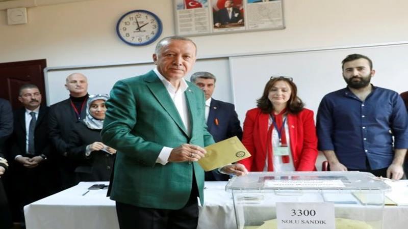 Presiden Turki Tayyip Erdogan memasukkan kertas suara di tempat pemungutan suara saat pemilihan walikota di Istanbul, Turki, Minggu (31/3/2019). - Reuters