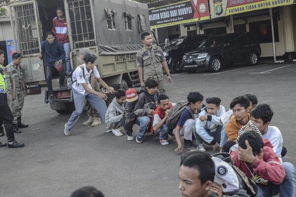 Sejumlah pelajar yang diamankan turun dari truk di halaman Polres Metropolitan Bekasi, Jawa Barat, Senin (30/9/2019). Polres Bekasi menghalau dan mengamankan 150 pelajar yang akan mengikuti aksi demonstrasi ke DPR/MPR Senayan, Jakarta. - Antara/Fakhri Hermansyah