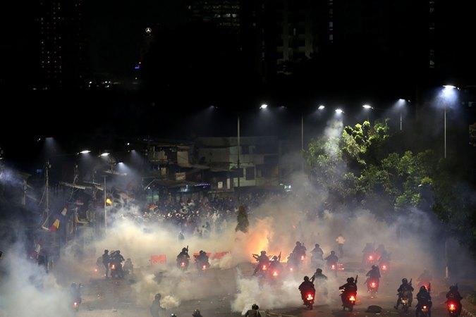 Ilustrasi-Pengunjuk rasa bentrok dengan aparat kepolisian di Jakarta, Senin (30/9/2019). Unjuk rasa gabungan pelajar dan mahasiswa yang menolak UU KPK dan pengesahan RUU KUHP tersebut berakhir ricuh. - Bisnis/Nurul Hidayat