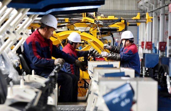 Karyawan bekerja di jalur produksi mesin bor di sebuah pabrik di Zhangjiakou, Provinsi Hebei, China 14 November 2018. - REUTERS