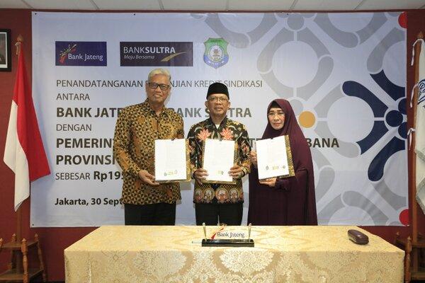 (kiri) Direktur Utama Bank Jateng Supriyatno usai melakukan penandatanganan pinjaman secara sindikasi bersama dengan Bank Sultra kepada Kabupaten Bombana. - Ist