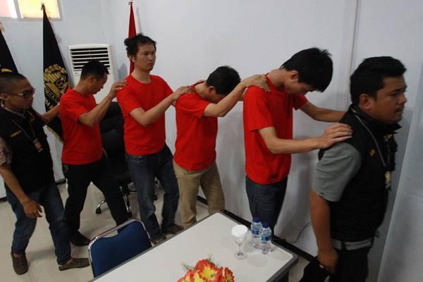 Ilustrasi-Petugas Imigrasi kelas 1 Bengkulu menggiring Warga Negara Asing (WNA) asal Cina tanpa dokumen legal di Kantor Imigrasi kelas 1 Provinsi Bengkulu, Jum'at (20/01). Sebanyak 4 WNA asal Cina yang bekerja pada PT. Mingan Mining di kabupaten Bengkulu Utara, tertangkap operasi oleh tim pengawasan orang asing kantor Imigrasi kelas 1 Bengkulu karena tidak dapat menunjukkan dokumen perjalanan yang jelas dan melanggar pasal 71 huruf b UU no.6 tahun 2011 tentang keimigrasian. ANTARA FOTO - David Muharmansyah