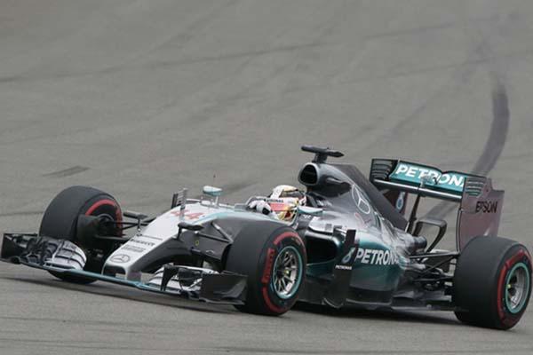 Lewis Hamilton dari tim Mercedes saat tampil di balapan F1 GP Rusia di Sochi - Reuters/Grigory Dukor