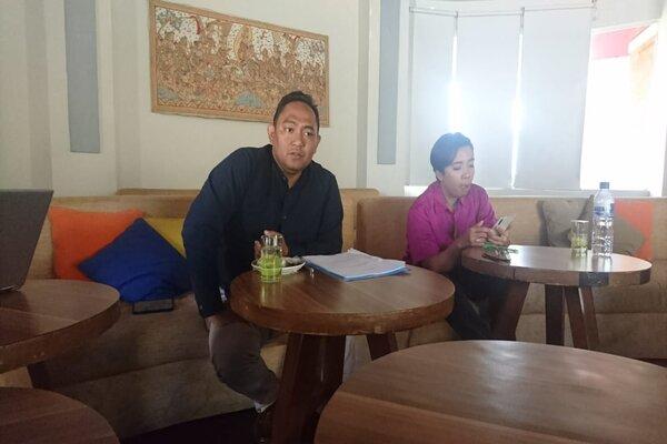 Pemerhati Kebijakan Publik dan Pakar Humaniora Adi Sastra Wijaya (kiri) dalam sebuah diskusi di Denpasar, Selasa (1/10/2019). - Bisnis/Sultan Anshori