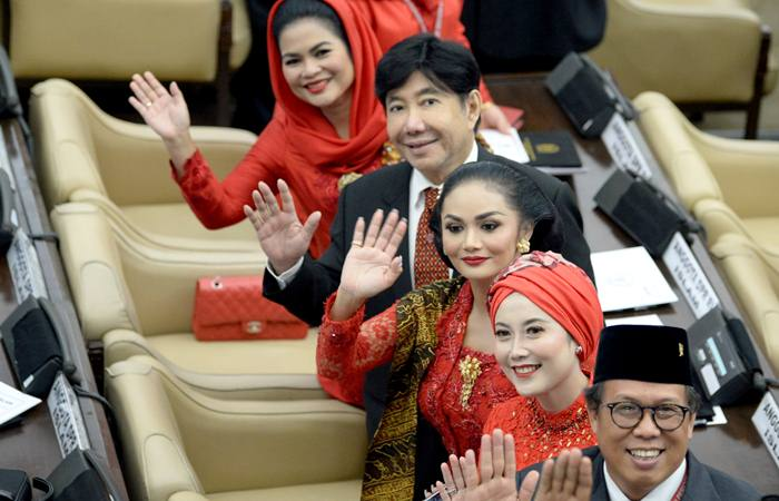 Anggota Dewan Perwakilan Rakyat (DPR) periode 2019-2024 Puti Guntur Soekarno (kiri), Guruh Soekarnoputra (kedua kiri), Krisdayanti (ketiga kanan) melambaikan tangan usai pelantikan di Ruang Rapat Paripurna, Kompleks Parlemen, Senayan, Jakarta, Selasa (1/10/2019). Sebanyak 575 anggota DPR terpilih dan 136 orang anggota DPD terpilih diambil sumpahnya pada pelantikan tersebut. - ANTARA/M Risyal Hidayat