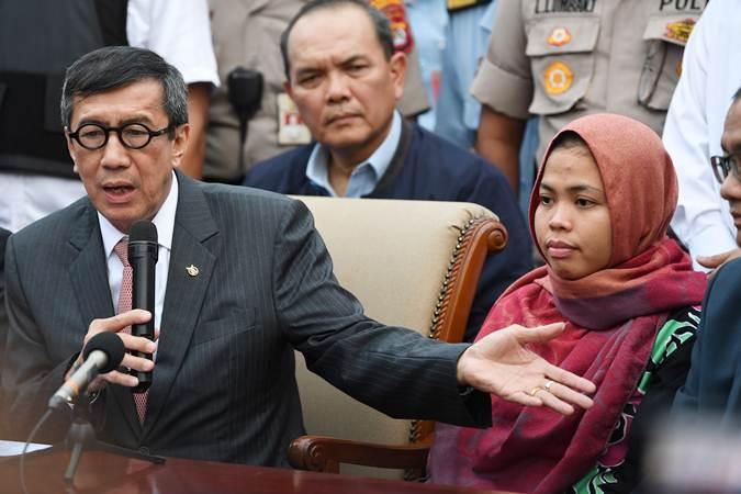 Menkumham Yasonna Laoly (kiri) bersama Siti Aisyah (kanan) memberikan keterangan setibanya di Bandara Halim Perdanakusuma, Jakarta, Senin (11/3/2019). - ANTARA/Wahyu Putro A