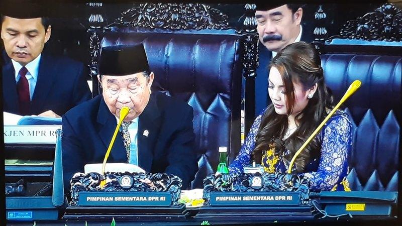 Ketua DPR sementara H Abdul Wahab Dalimunte (80 tahun) didampingi Wakil ketua sementara DPR Hillary Brigitta Lasut (23 tahun). - Bisnis/Rayful Mudassir