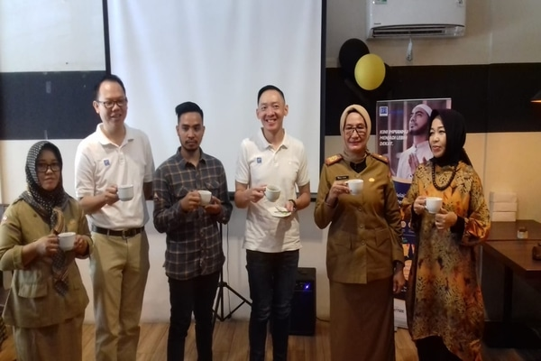 Regional Manager BFI Finance Wilayah Sumatera 3 Sastero Widjaya Gunawan (tengah) bersama pelaku dan penggiat kopi Sumsel di sela acara diskusi BFI Coffeeprenuer. - Bisnis/Dinda Wulandari