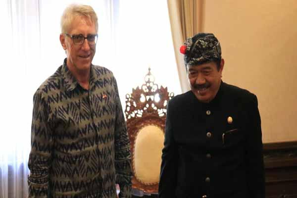 Konsul Kehormatan Swis untuk Bali Gerhard L Nutz (kiri) saat menemui Wagub Bali Tjokorda Oka Artana Ardhana Sukawati (Cok Ace) di Denpasar, Selasa (1/10 - 2019).