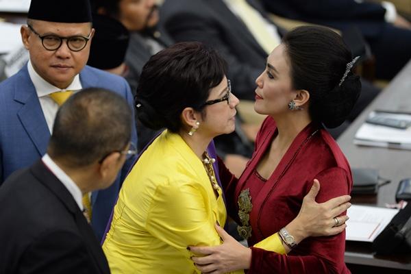 Anggota Dewan Perwakilan Rakyat (DPR) periode 2019-2024 yang juga artis Nurul Arifin (kedua kanan) dan Rieke Diah Pitaloka (kanan) berpelukan sebelum pelantikan di Ruang Rapat Paripurna, Kompleks Parlemen, Senayan, Jakarta, Selasa (1/10/2019) - ANTARA FOTO/M Risyal Hidayat