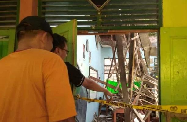 Kondisi ruang kelas SMPN 2 Plumbon Cirebon yang ambruk saat KBM berlangsung. - Antara