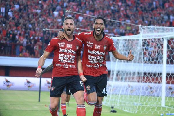 Dua pemain andalan Bali United, striker Ilija Spasojevic (kiri) dan bek Willian Pacheco. - BaliUtd.com