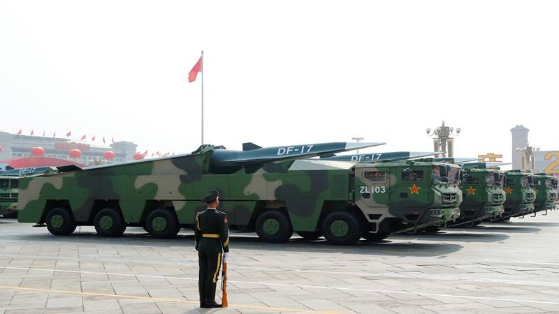 Kendaraan militer membawa rudal hipersonik DF-17 melewati Lapangan Tiananmen selama parade militer yang menandai peringatan berdirinya Republik Rakyat China yang ke-70, pada Hari Nasionalnya di Beijing, Cina 1 Oktober 2019. - Reuters