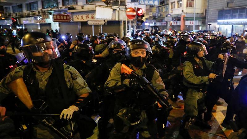 Polisi anti huru-hara berjaga-jaga saat demonstrasi pada Hari Nasional China, di Mong Kok, Hong Kong, Cina 1 Oktober 2019. - Reuters