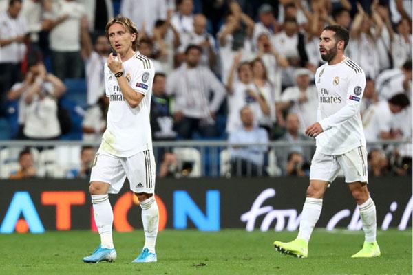 Pemain Real Madrid, Luka Modric (kiri) dan Dani Carvajal, tampak kecewa setelah timnya hanya imbang melawan Club Brugge. - Reuters/Sergio Perez
