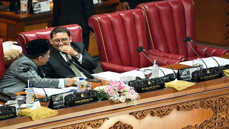 Wakil Ketua DPR selaku Pimpinan Sidang Fahri Hamzah (kiri) berbincang dengan Wakil Ketua DPR Fadli Zon (kanan) saat Rapat Paripurna DPR di Kompleks Parlemen, Senayan, Jakarta, Selasa (17/9/2019). Pemerintah dan DPR menyepakati pengesahan revisi UU Nomor 30 Tahun 2002 tentang Komisi Pemberantasan Korupsi (KPK) yang dihadiri oleh 80 orang anggota DPR.  - Antara
