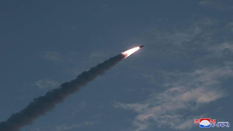 Penampakan peluncuran rudal Korea Utara pada hari Kamis, dalam gambar tak bertanggal rilis oleh Kantor Berita Pusat Korea (KCNA) pada tanggal 26 Juli 2019. - KCNA melalui Reuters