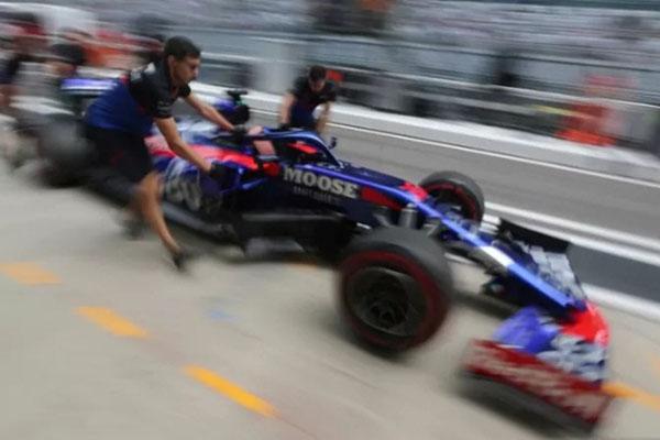 Mobil Toro Rosso yang dikemudikan Daniil Kvyat didorong di jalur pit menuju garasi di sesi latihan bebas Grand Prix Rusia, Autodrom Sochi pada 28 September 2019. - Reuters/Anton Vaganov
