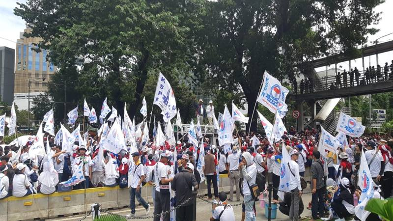 Ratusan buruh dari Kesatuan Serikat Pekerja Nasional (KSPN) menggelar demonstrasi tepat pada Hari Buruh atau May Day yang jatuh pada Rabu (1/5/2019) di depan gedung Kementerian Pariwisata. JIBI/Bisnis - Yanita Patriella
