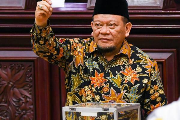 Anggota Dewan Perwakilan Daerah (DPD) periode 2019 - 2024 La Nyalla Mahmud Mattalitti mengikuti pemungutan suara untuk pemilihan ketua pada sidang paripurna DPD di Komplek Parlemen, Senayan, Jakarta, Selasa (1/10/2019). - Antara
