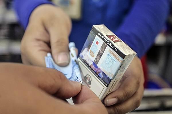 Penjual melayani pembeli rokok - ANTARA/Muhammad Adimaja