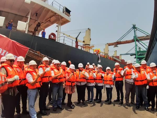 Jajaran direksi PT PLN berforo di depan kapalKM Malahayati Baruna setelah meresmikan pengoperasiannya - Bisnis/Ni Putu Eka Wiratmini