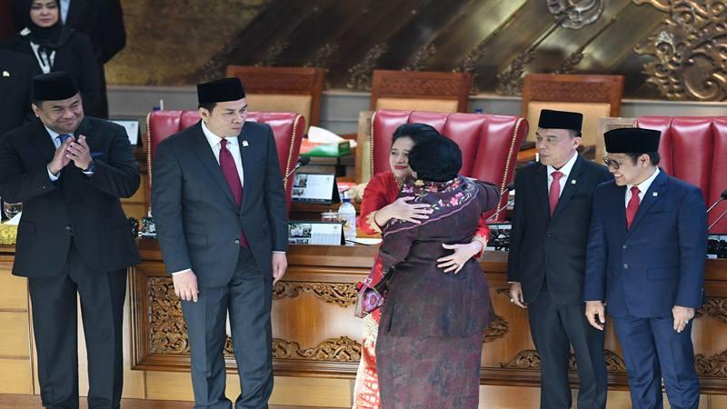 Ketua DPR periode 2019-2024 Puan Maharani (kanan) mengacungkan palu disaksikan Wakil Ketua M Aziz Syamsuddin (kiri), Sufmi Dasco Ahmad (kedua kiri), Rahmad Gobel (ketiga kiri), dan Muhaimin Iskandar (keempat kiri) usai pelantikan dalam Rapat Paripurna ke-2 Masa Persidangan I Tahun 2019-2020 di Kompleks Parlemen, Senayan, Jakarta, Selasa (1/10/2019). - Antara