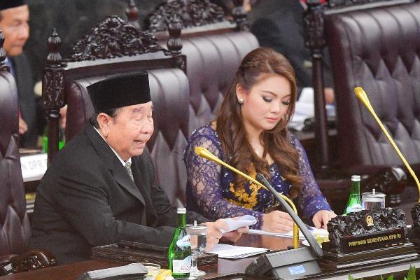 Anggota DPR termuda Hillary Brigitta Lasut (kanan) dan anggota DPR tertua Abdul Wahab Dalimunthe (kiri) menjadi pimpinan DPR sementara saat pelantikan anggota Dewan Perwakilan Rakyat (DPR) periode 2019-2024 di Ruang Rapat Paripurna, Kompleks Parlemen, Senayan, Jakarta, Selasa, (1/10/2019). Sebanyak 575 anggota DPR terpilih dan 136 orang anggota DPD terpilih diambil sumpahnya pada pelantikan tersebut. - ANTARA FOTO/Nova Wahyudi