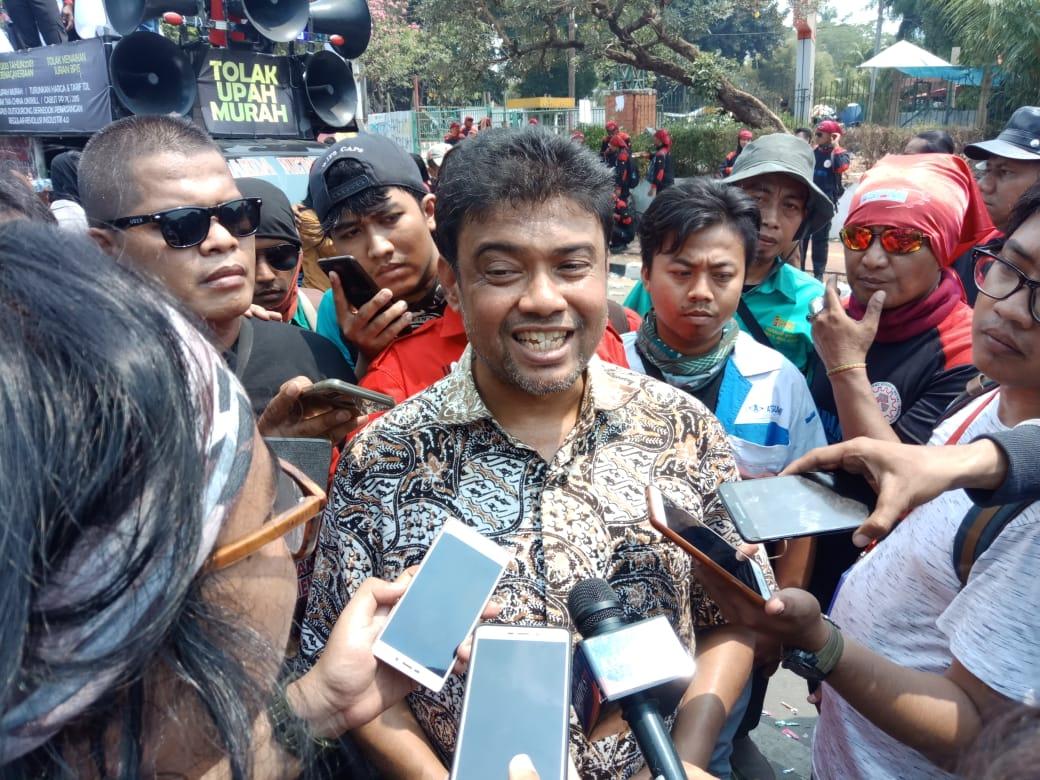 Presiden Konfederasi Serikat Buruh Indonesia Said Iqbal memberi keterangan pers usai demonstrasi di depan DPR, Rabu (2/10/2019). Rayful Mudassir - Bisnis Indonesia