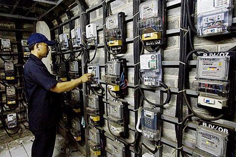 Ilustrasi-Petugas memeriksa meteran listrik di sebuah rumah susun di Jakarta, Selasa (13/1/2015). - Antara/Vitalis Yogi Trisna